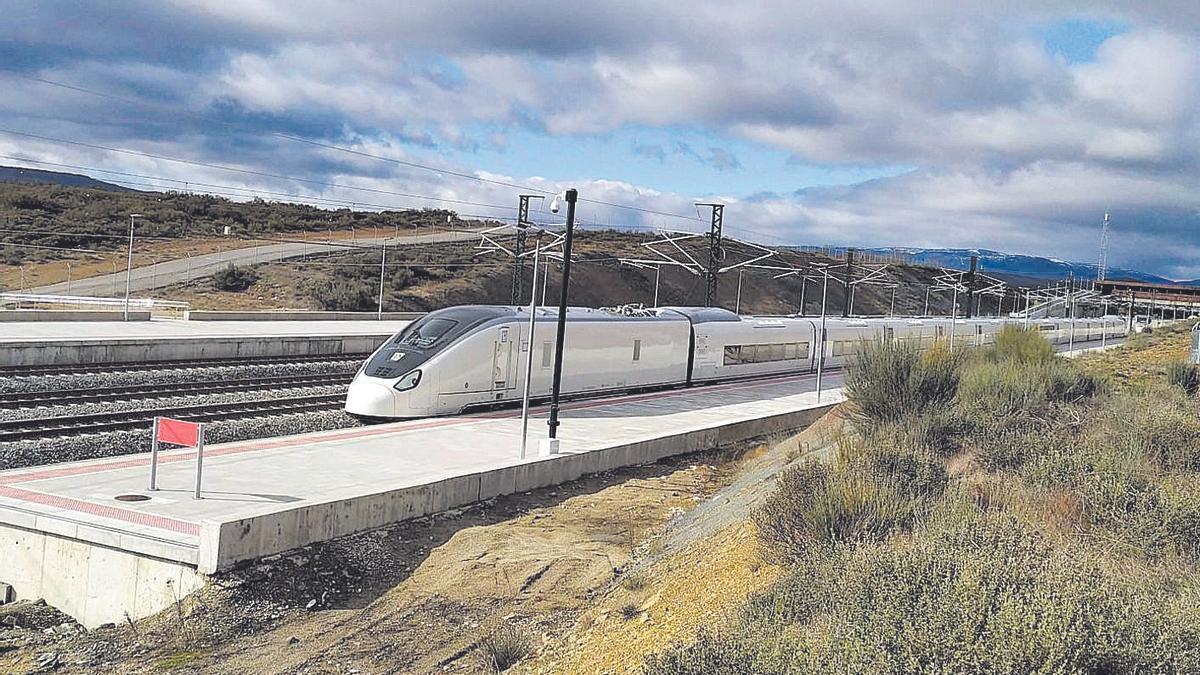 El tren Avril de Talgo, parado en la estación de Alta Velocidad de Otero de Sanabria. | Asociación Ferroviaria Zamorana
