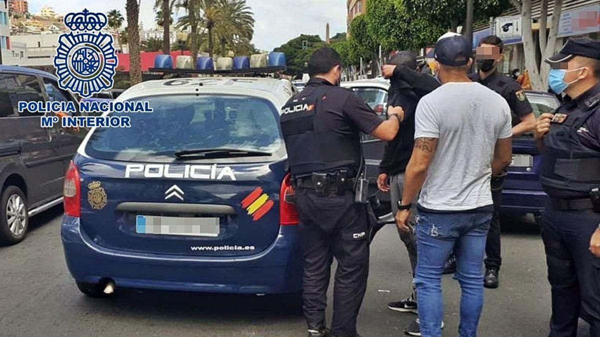Los agentes de la Policía Nacional durante la detención de uno de los dos jóvenes. | | LP/DLP