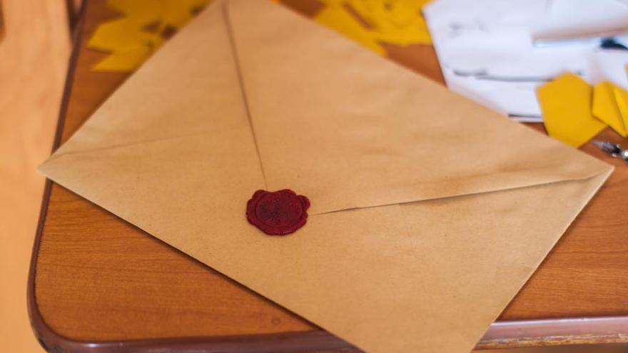 Les biblioteques públiques reparteixen cartes per demanar llibres als reis