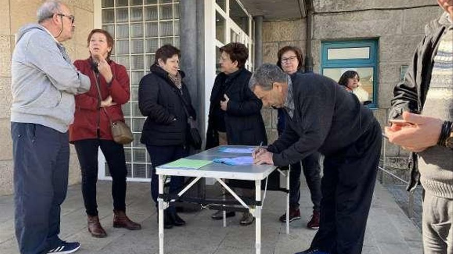 La Plataforma en Defensa da Sanidade Pública de Poio recoge firmas en Anafáns