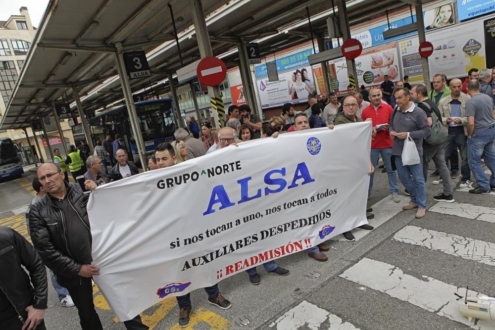 Manifestantes cortan la salida de autobuses de la estación de Gijón por el despido de cinco trabajadores.