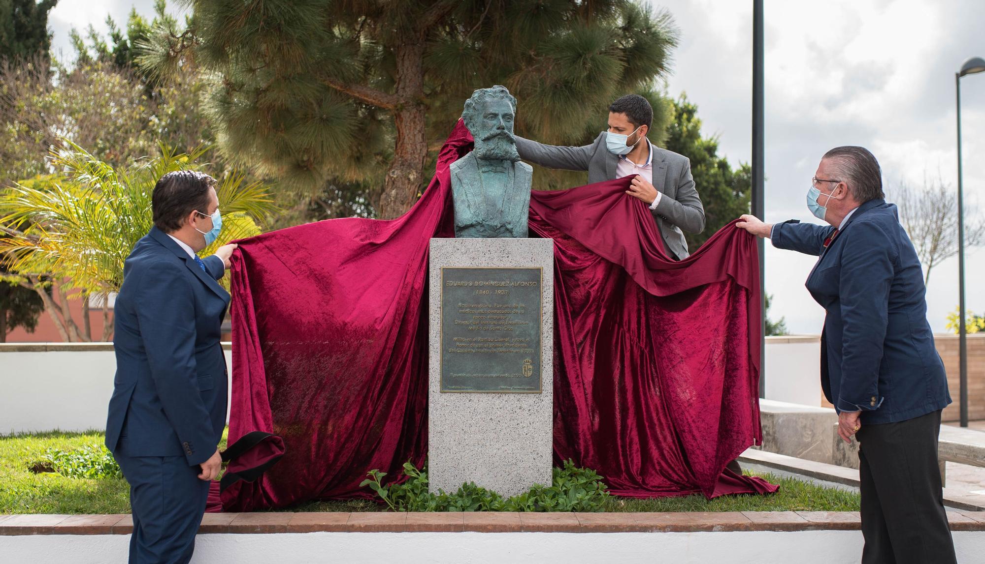 Colocación de un busto en Arona en homenaje a Antonio Domínguez