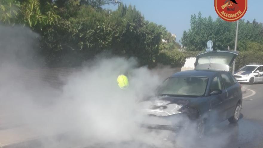 Arde un vehículo en una avenida de Alicante