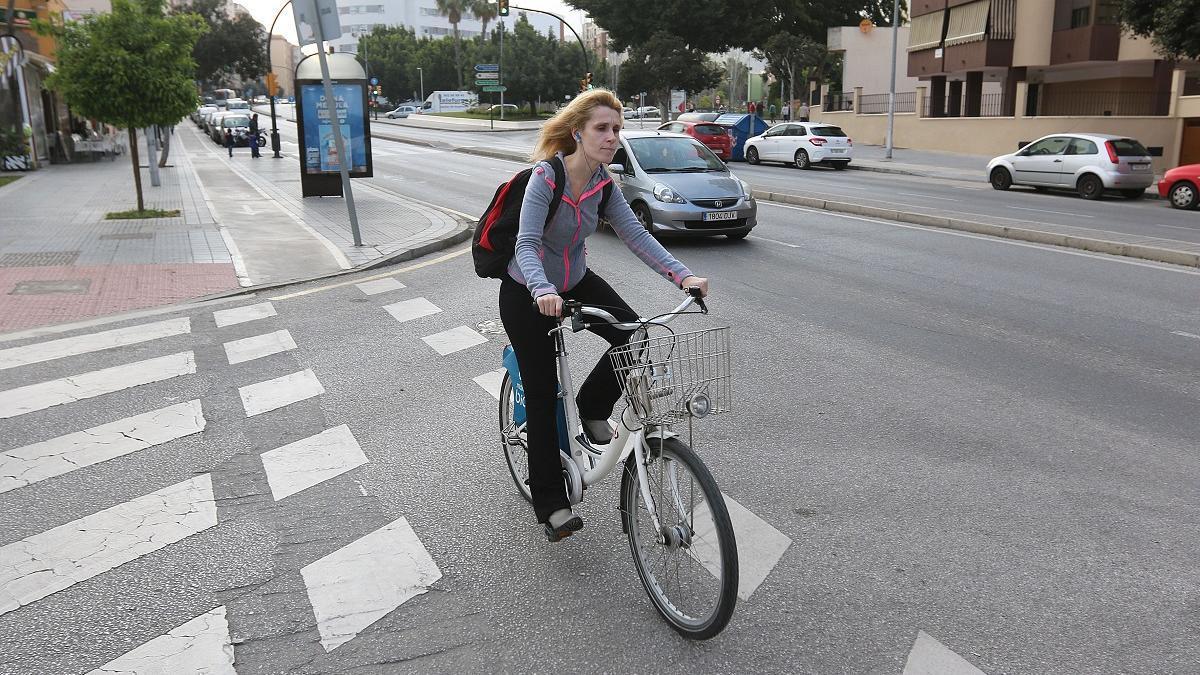 Una ciclista por la Avenida de Carlos Haya en una imagen de archivo.