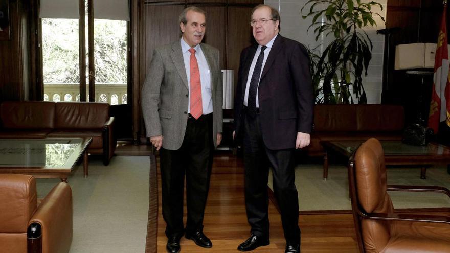 El presidente de la Junta de Castilla y León, Juan Vicente Herrera, se reúne con el presidente del Consejo Consultivo, Agustín Sánchez de Vega, en una imagen de archivo.