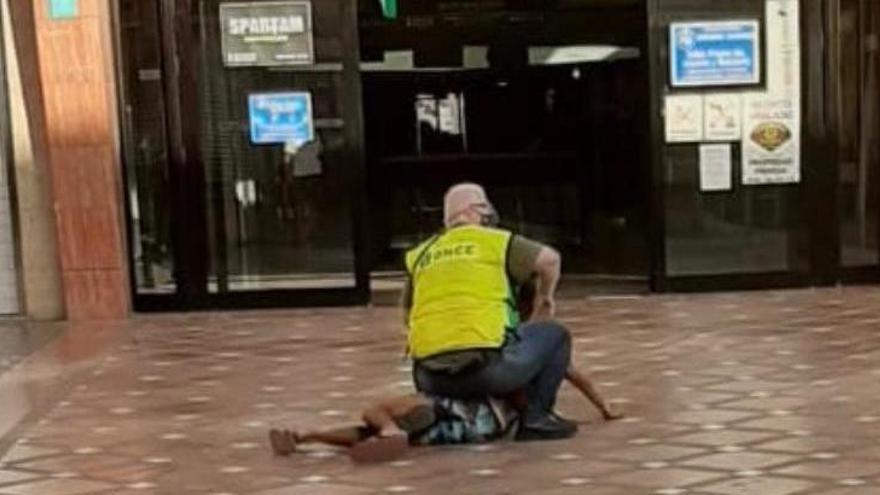 Un vendedor de cupones reduce a un joven que lo intentó robar