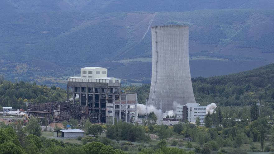 FOTOGALERÍA: Así ha sido la voladura de la torre la central térmica de Anllares, en León