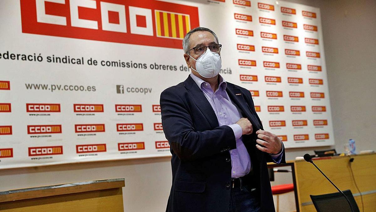 Arturo León, ayer, en el salón de actos de CC OO-PV. | EFE/MANUEL BRUQUE