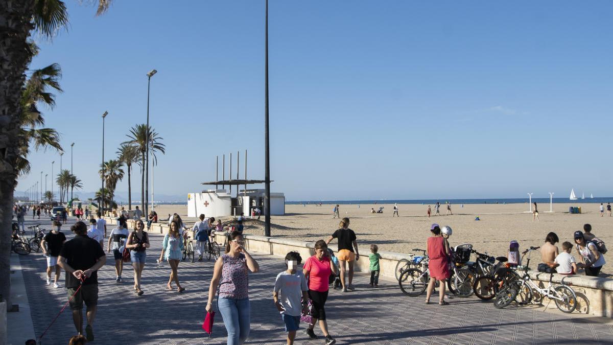 Una imagen captada ayer del paseo marítimo de València, al atardecer.