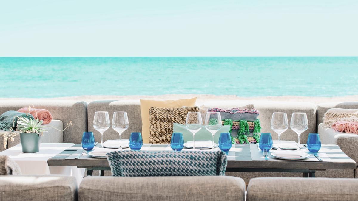 Chiringuito Blue está ubicado en la playa de Santa Eulalia, en el paseo marítimo