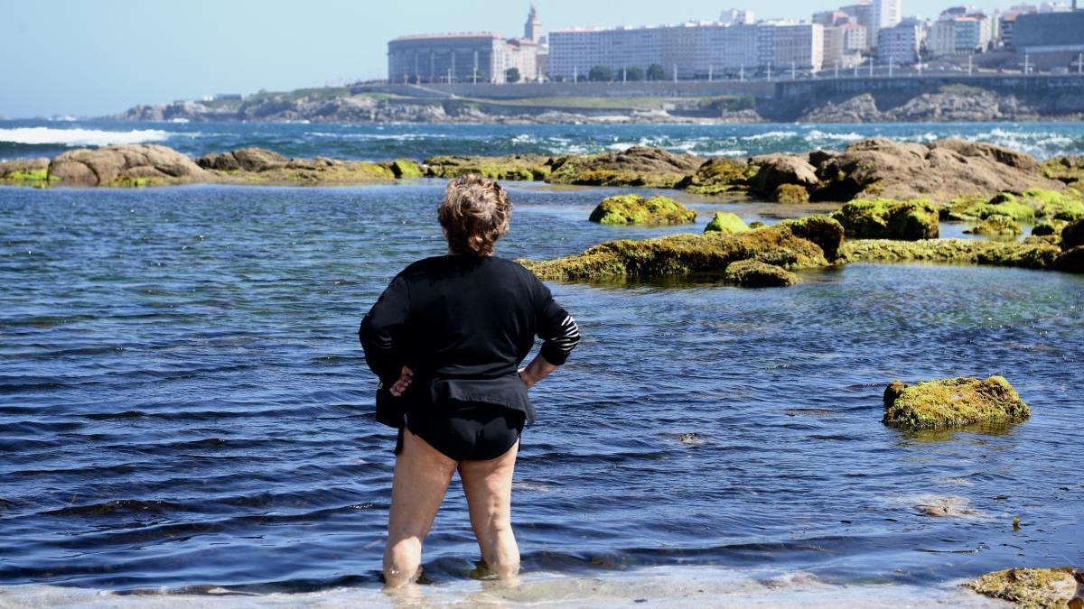 Una mujer se refresca, ayer, en el agua de la playa de Riazor.