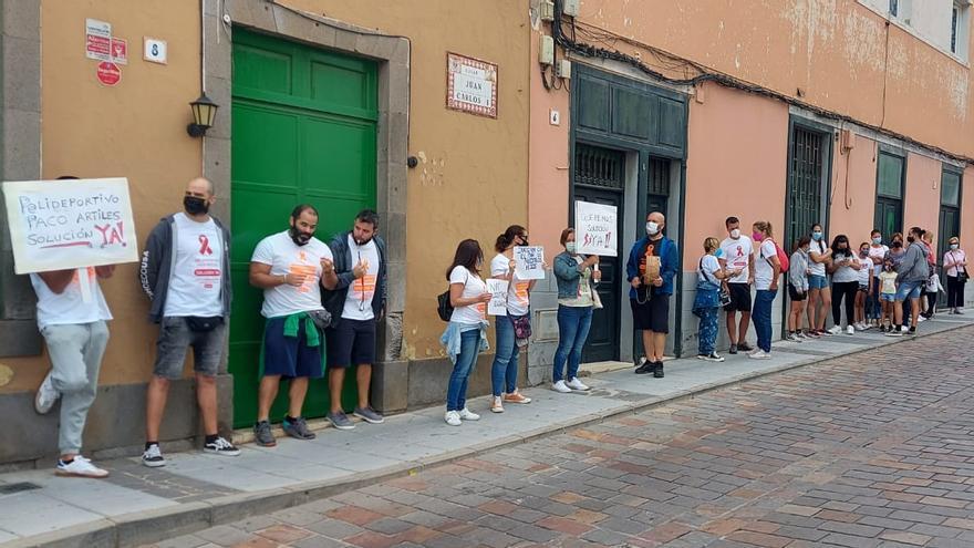 Los trabajadores del polideportivo Paco Artiles se concentran en San Juan para exigir soluciones