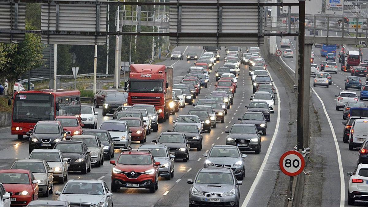 Retención de tráfico en la avenida de Alfonso Molina.