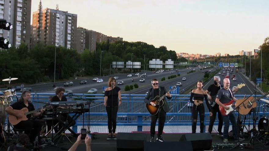 Vandalizan el puente dedicado a Alejandro Sanz en Madrid horas después de su estreno