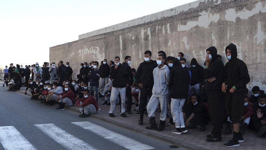 Trasladan a 2.500 inmigrantes de Canarias a la Península