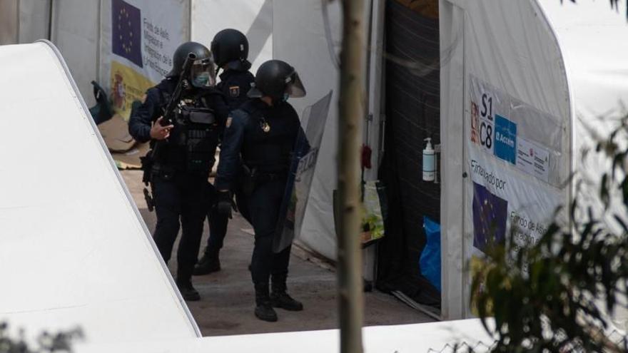 Cuatro inmigrantes detenidos por una trifulca en el campamento de Las Raíces