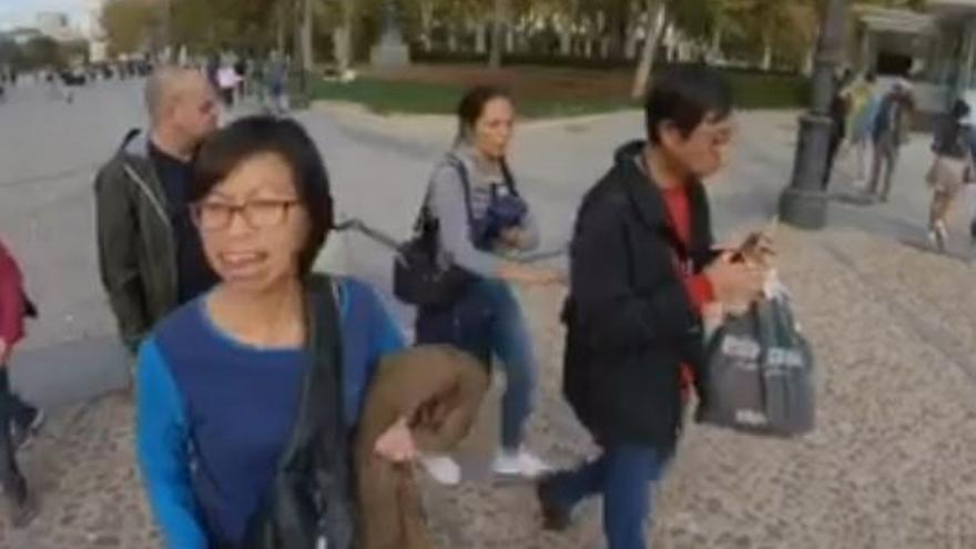 Así roban a una pareja de turistas junto al Palacio Real en Madrid.