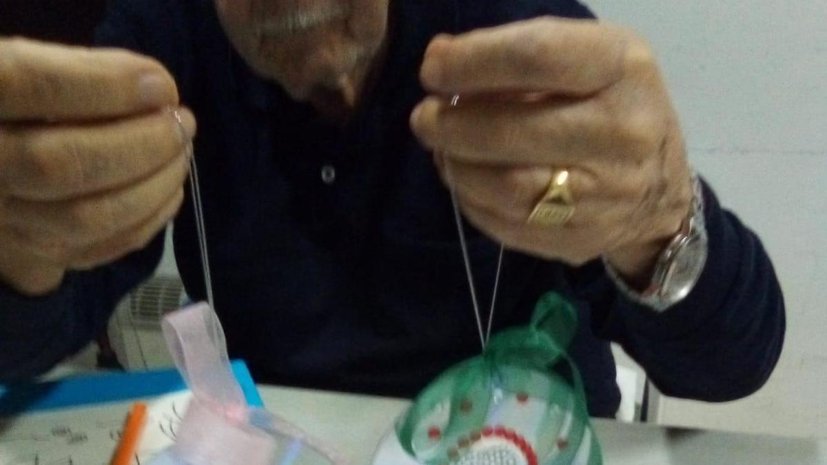 Un enfermo de Parkinson en un taller de actividades de la Asociación previo a la COVID-19