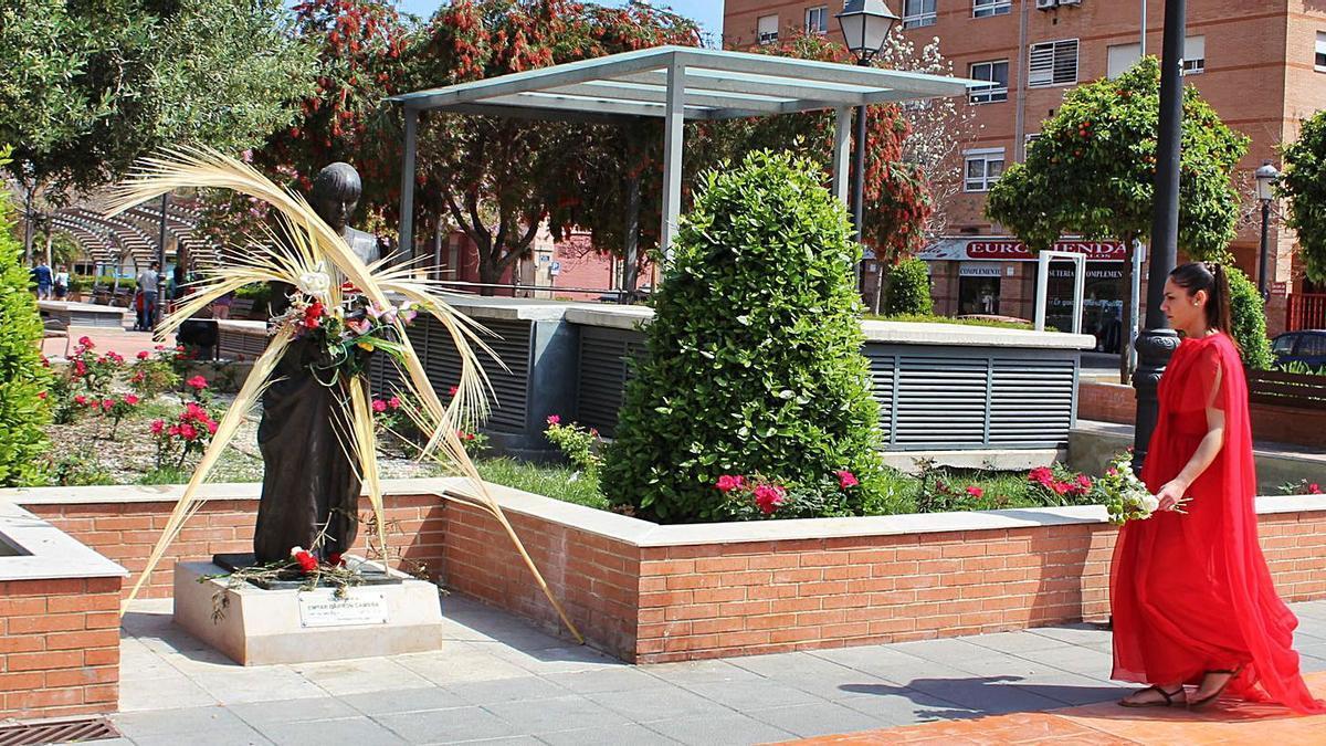 La estatua de Empar Barrón, cofrade asesinada en un episodio de violencia de género, ahora lugar de homenaje permanente, es uno de los bienes protegidos.  | M.D.
