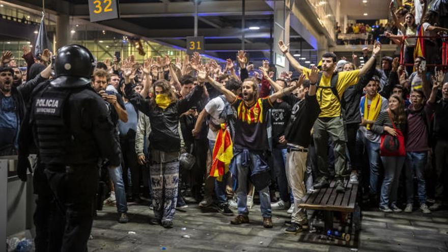 Desalojan a los manifestantes de la AP-7 de Girona