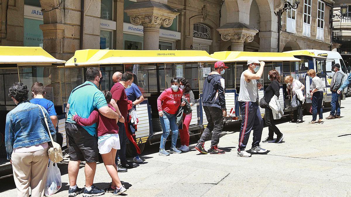 Viajeros del Tren das Termas, en la Praza Maior de Ourense.   | // IÑAKI OSORIO