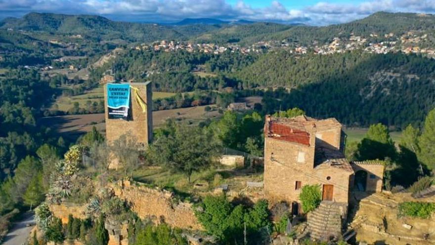 Tsunami Democràtic penja una pancarta a la torre de Castellet