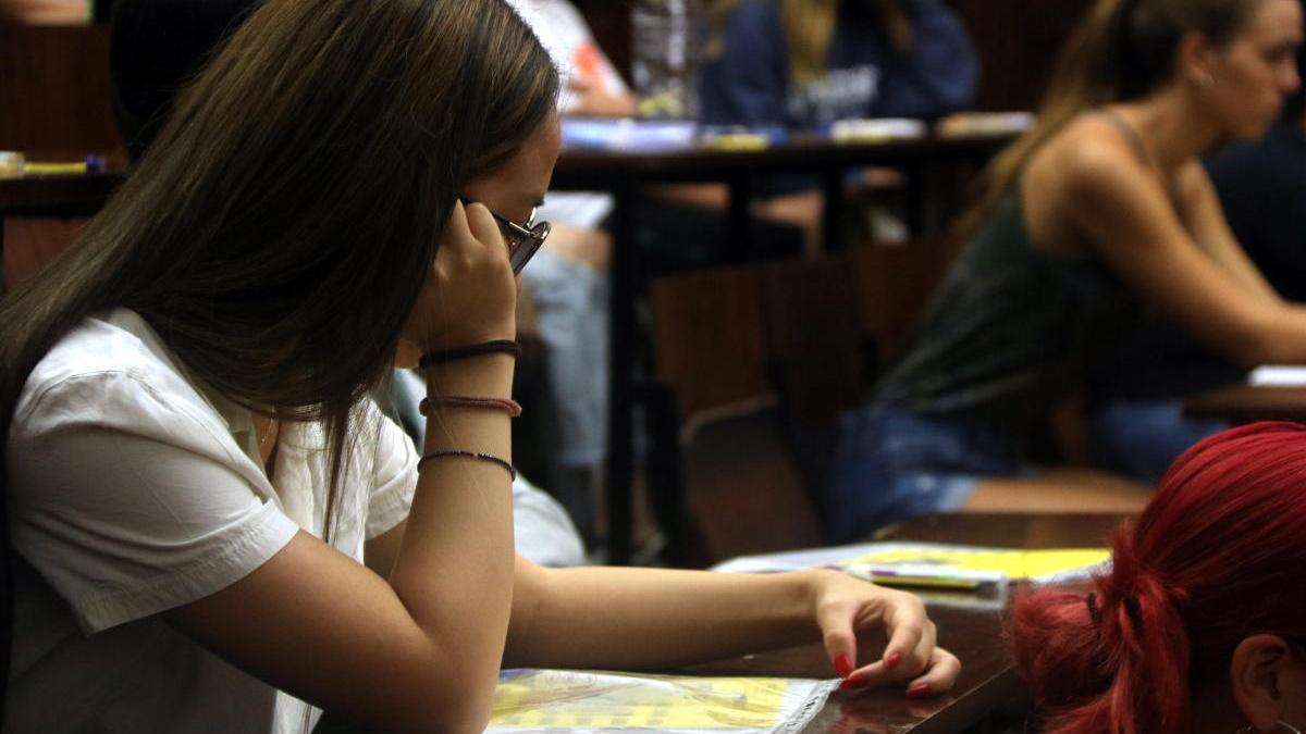Alumnes a punt de començar un examen de selectivitat l'any 2019
