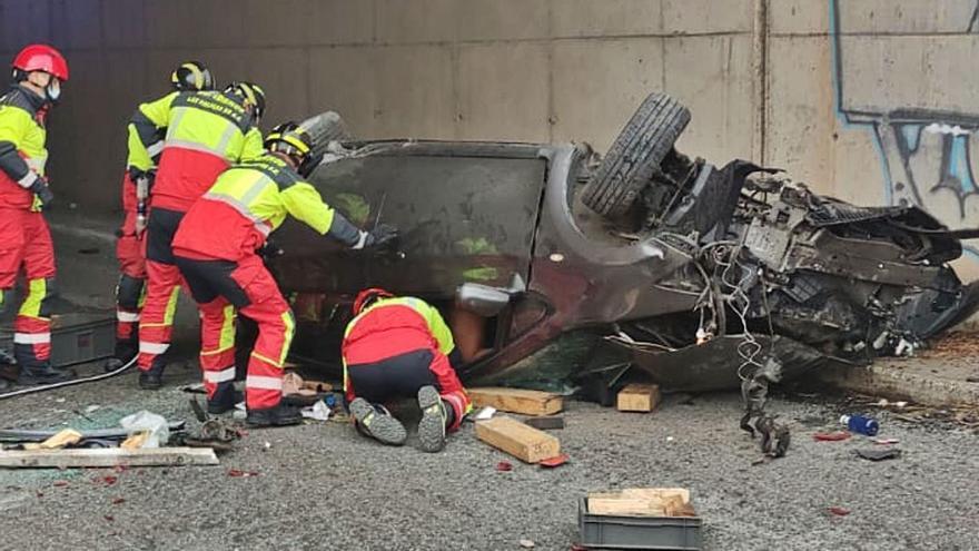 Una conductora sufre heridas graves tras volcar en Marfea