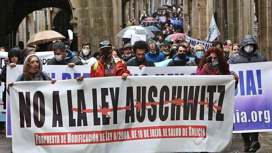 Negacionistas protestan en Santiago por la modificación de la ley de salud gallega