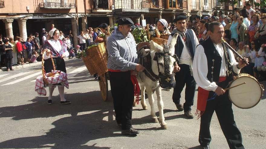 Participantes en el desfile de carros engalanados en una edición festiva anterior.