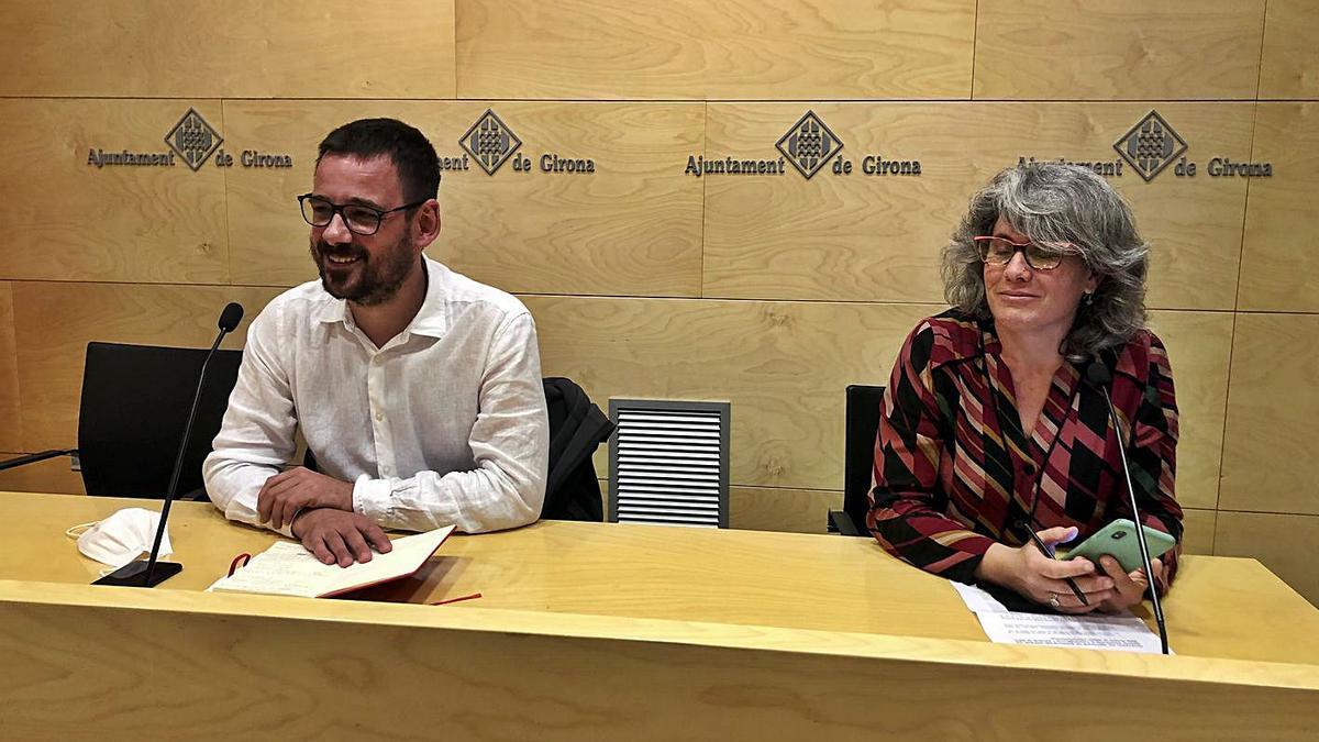 El portaveu de Guanyem Girona, Lluc Salellas, i la regidora del mateix partit Cristina Andreu