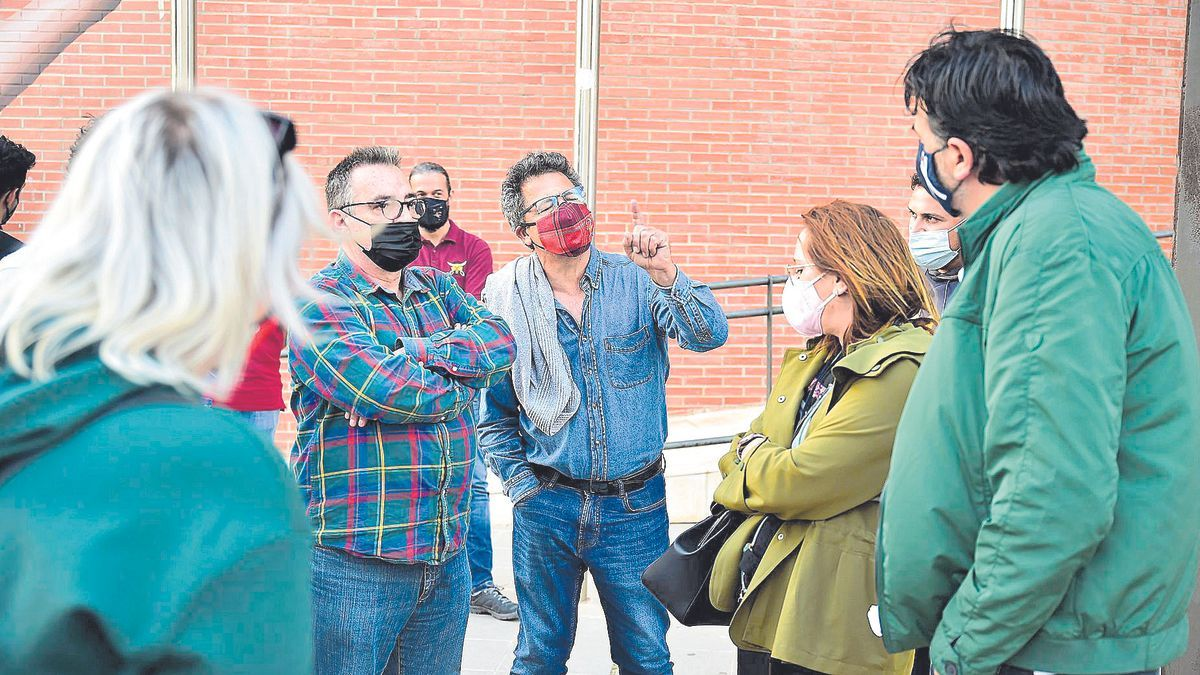 Festeros debaten con el presidente de las Tropas y Legiones frente al Ramón Alonso Luzzy.