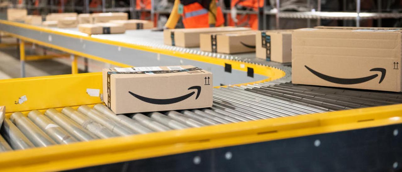 Paquetes de Amazon un en centro logístico de la compañía.