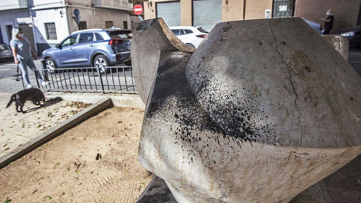 Destrozos en  una escultura  de Lastres | PILAR CORTÉS