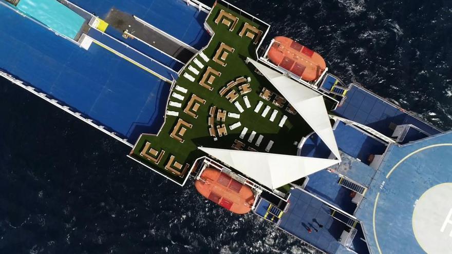 """Baleària transforma 85.000 botellas de plástico en el mobiliario de las terrazas de dos """"ferries"""""""