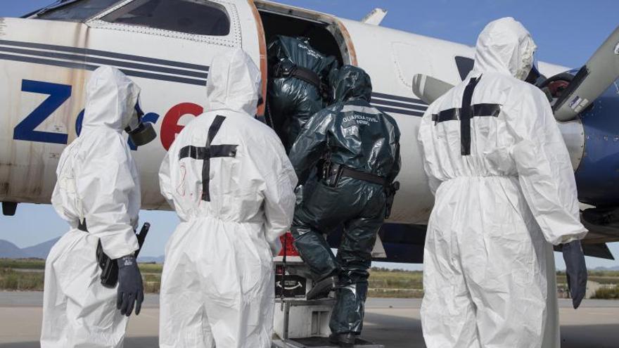 Com desallotjar d'un avió un viatger amb símptomes de Covid
