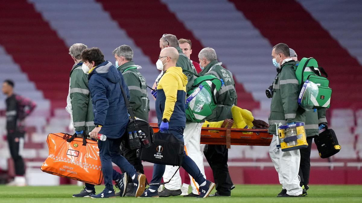 Samu Chukwueze, retirado en camilla tras lesionarse con el Villarreal.