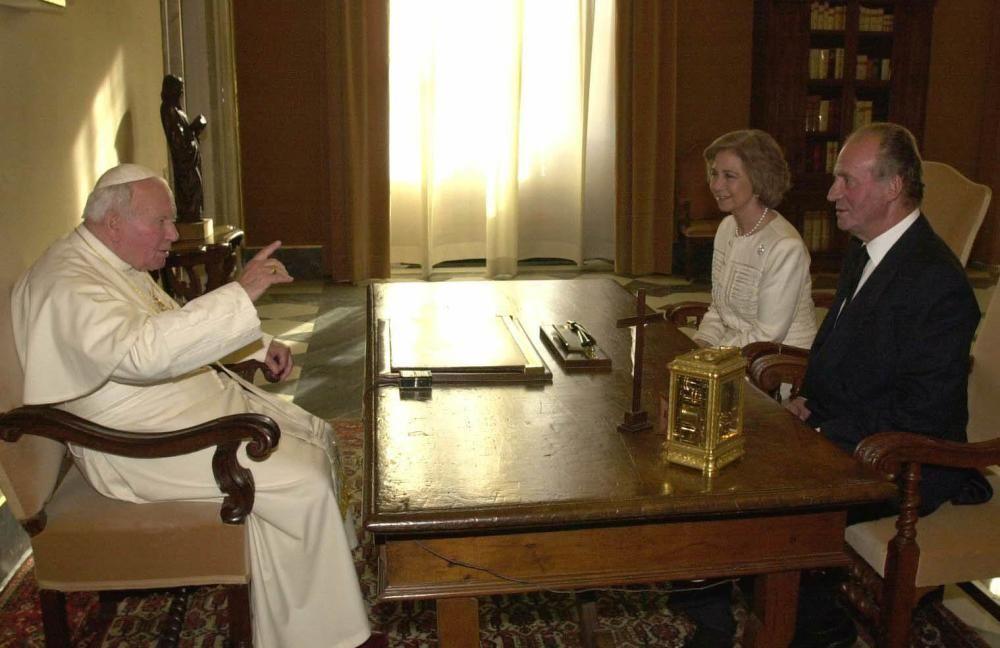 Los reyes conversan con el papa Juan Carlos II.
