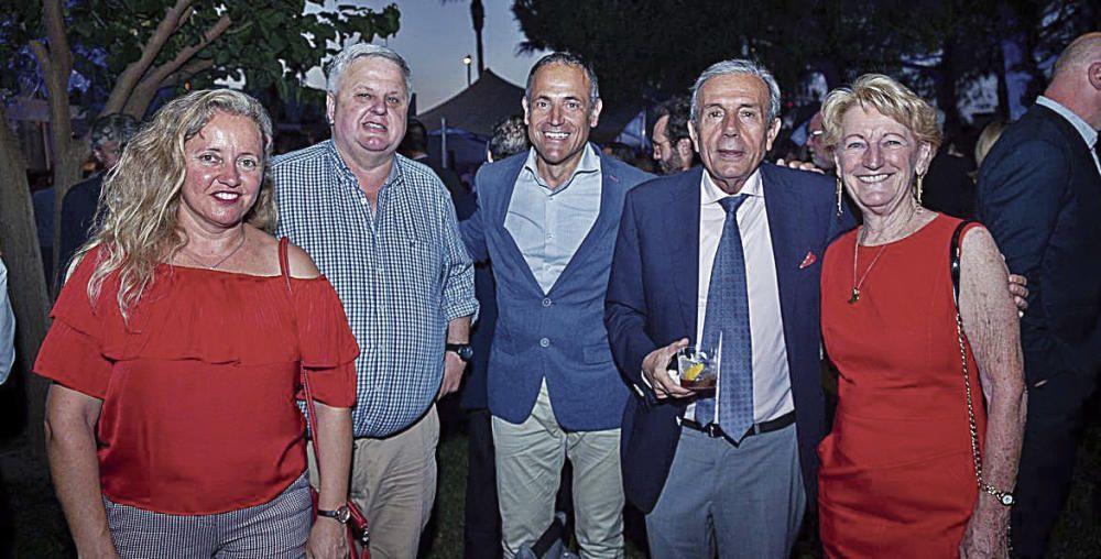 Maria Antònia Binimelis y Rafael Roig, de Roig Bus; con Óscar Celada, de Mapfre; Miquel  Miralles, de Roc Hotels; y Kate Mentink, exregidora de ciudadanos extranjeros de Calvià.
