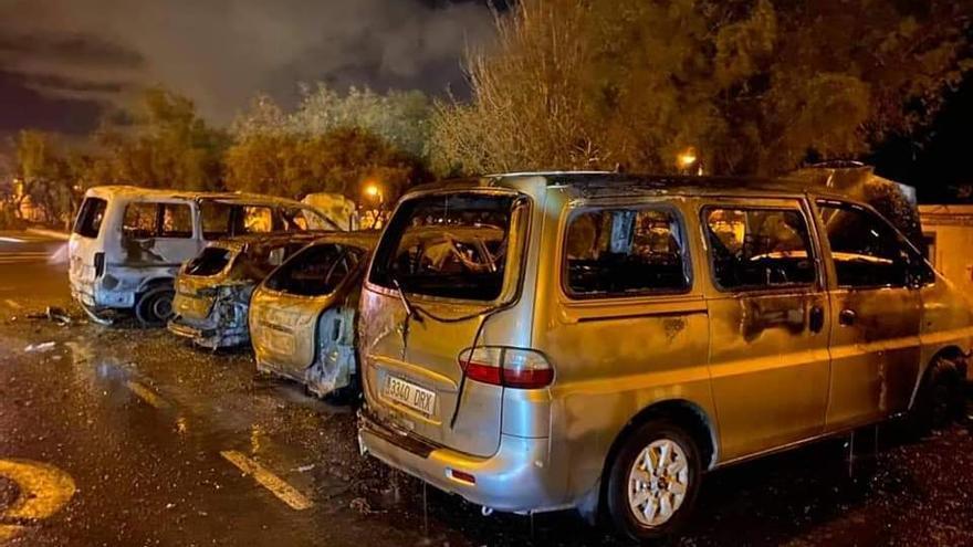 Bomberos sofocan un incendio que afecta a cuatro vehículos en Pozo Izquierdo