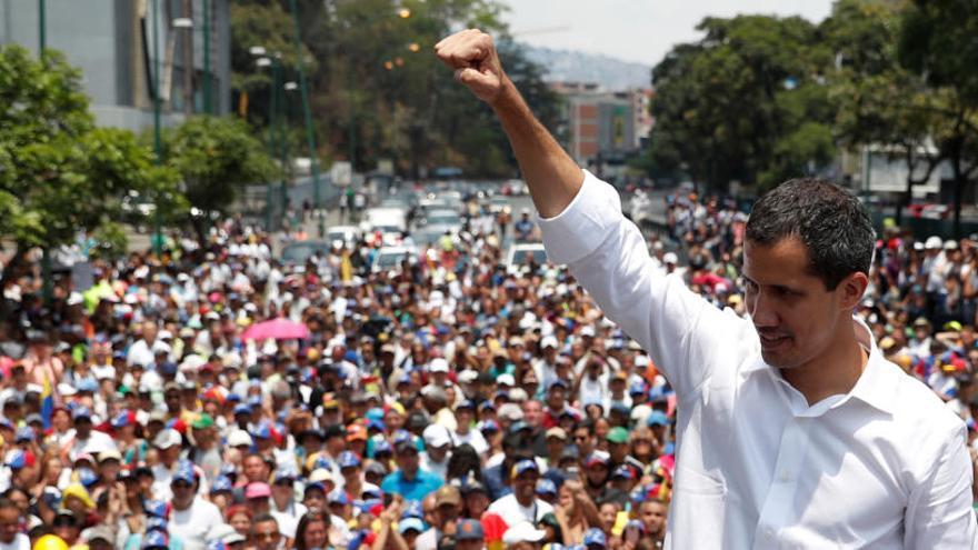 Milers de veneçolans atenen les crides de Guaidó i Maduro per prendre el carrer