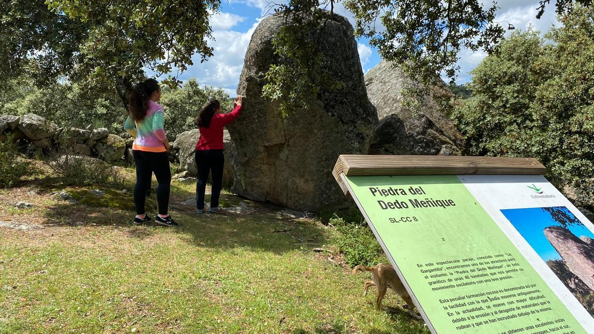 Dos jóvenes junto a la espectacular piedra del dedo meñique.