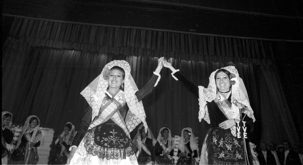 Rosa Benito, cuñada de Rocío Jurado, a la derecha en la imagen, fue Dama del Foc en 1971.