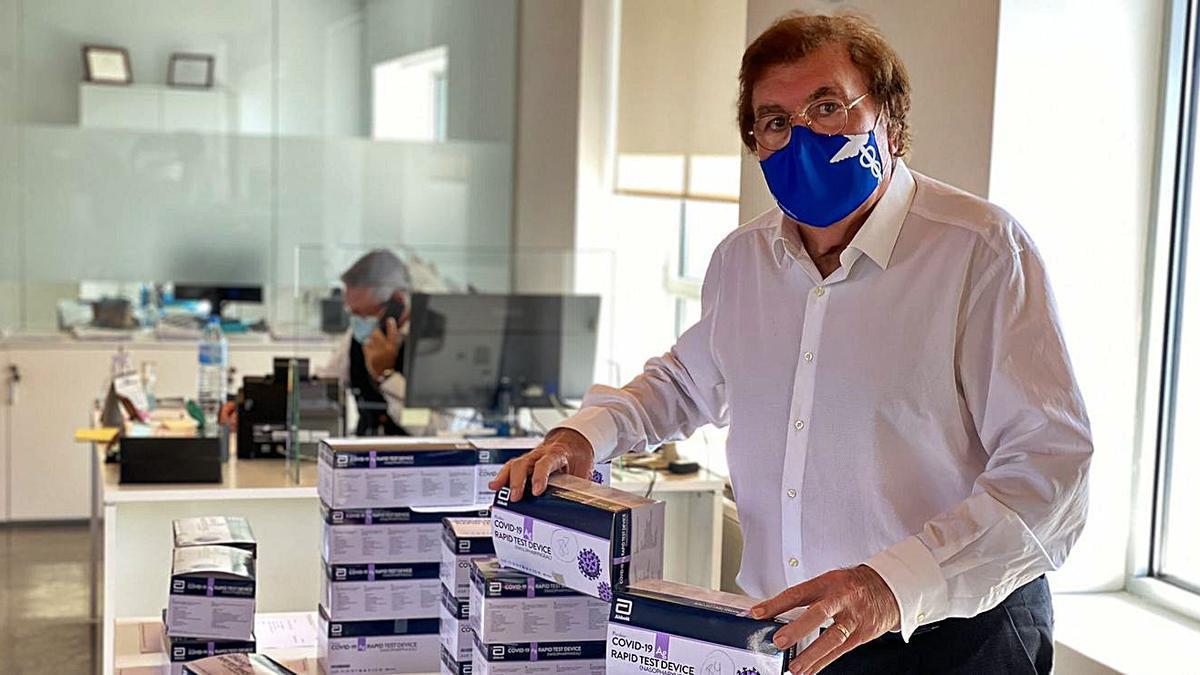 Miquel Bestard, presidente de la FFIB, con los test facilitados por la Federación Española.