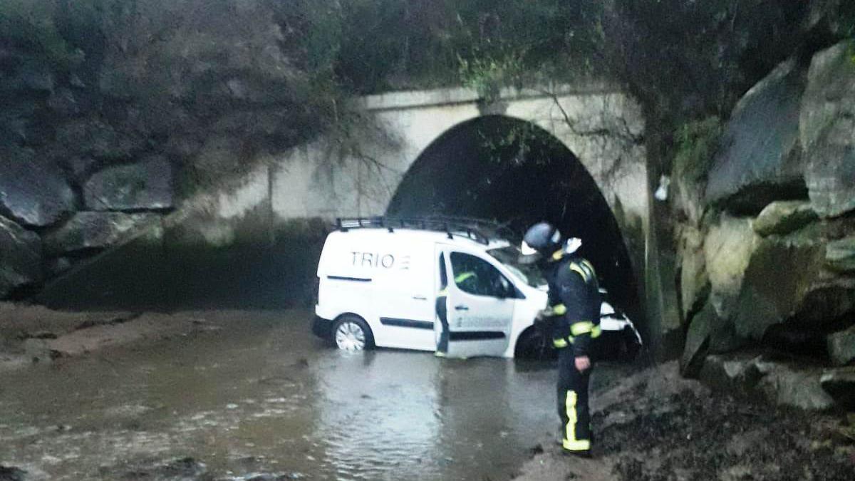 La furgoneta, en el lugar del río donde cayó.