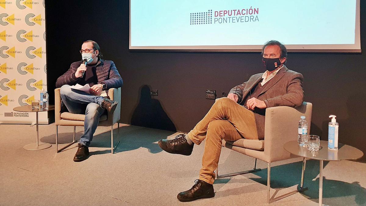 De izquierda a derecha, Rafa Valero y Javier Moro, durante la charla de ayer en el Club FARO. |  // MARTA G. BREA