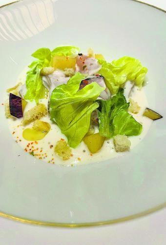 Ensalada templada de pez limón a la brasa con guisante sugar y ciruelas