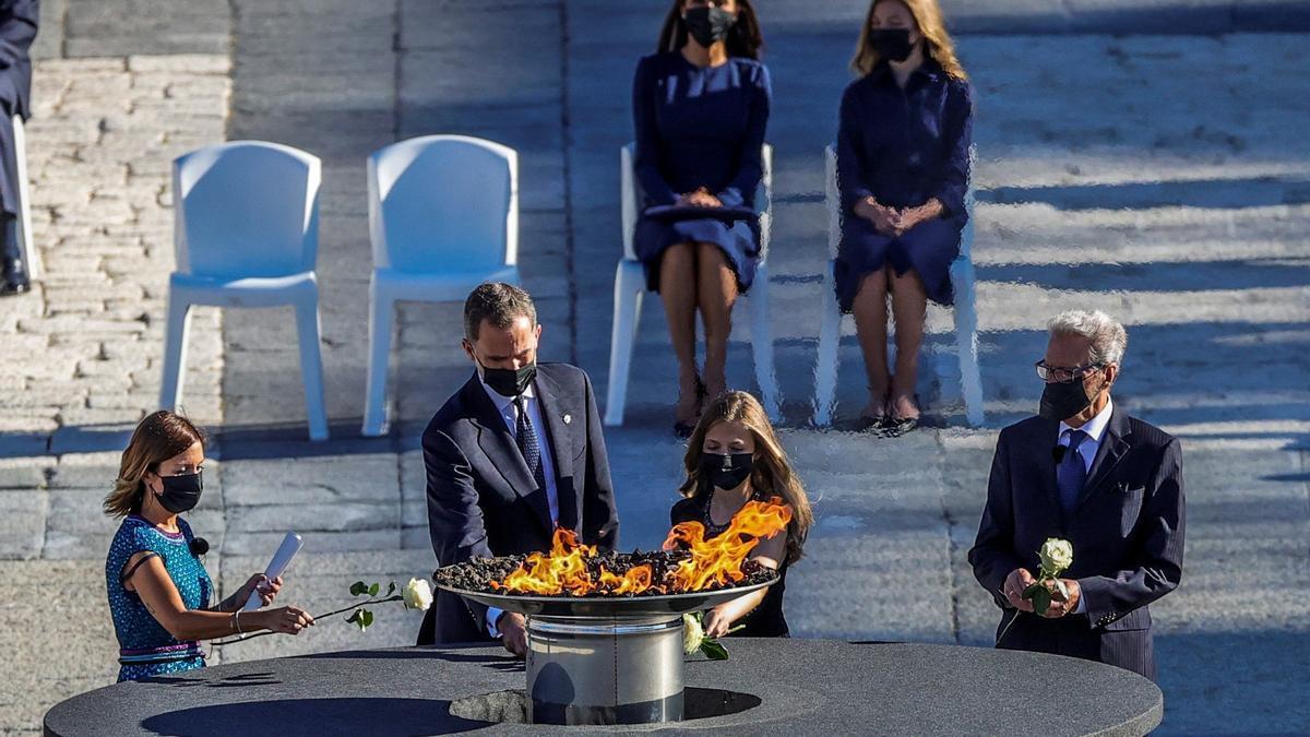 El Rey y la princesa Leonor depositan flores en el pebetero homenaje a las víctimas de la covid-19.