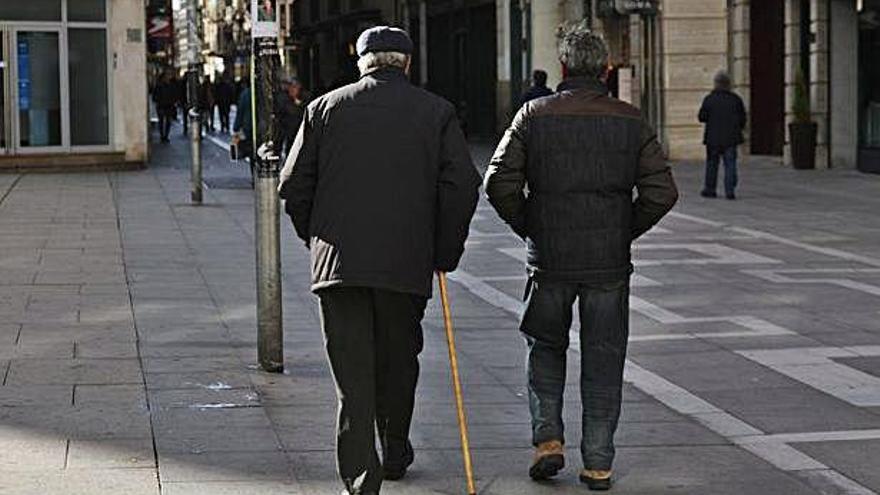 Dos personas mayores pasean por Santa Clara.