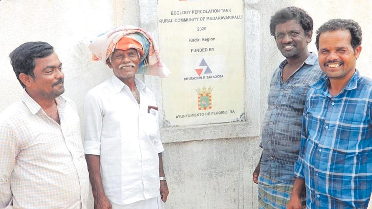 Una placa en Anantapur, en la India, acredita el apoyo económico de Perdiguera y la DPZ.